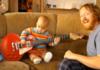 Вірусне відео: Немовля віртуозно грає на гітарі